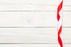 Fundo do dia de Valentim com as fitas vermelhas e brancas Imagens de Stock Royalty Free