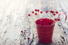 Fundo do dia de Valentim com corações de madeira no potenciômetro vermelho Fotos de Stock Royalty Free