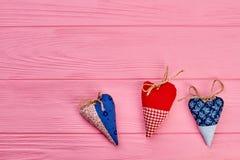 Fundo do dia de Valentim com corações feitos a mão Fotografia de Stock Royalty Free