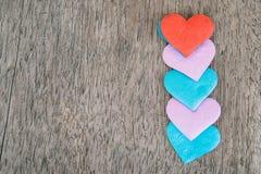 Fundo do dia de Valentim com corações vermelhos sobre a aba de madeira do grunge Imagem de Stock Royalty Free