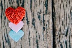 Fundo do dia de Valentim com corações vermelhos sobre a aba de madeira do grunge Fotografia de Stock
