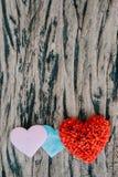 Fundo do dia de Valentim com corações vermelhos sobre a aba de madeira do grunge Imagens de Stock Royalty Free