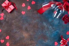 Fundo do dia de Valentim com corações, vidros e a caixa de presente handmaded em um fundo de pedra Dia do `s do Valentim foto de stock