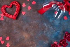 Fundo do dia de Valentim com corações, vidros e a caixa de presente handmaded em um fundo de pedra Dia do `s do Valentim imagem de stock