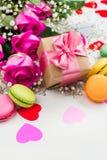Fundo do dia de Valentim com rosas, bolinhos de amêndoa e corações decorativos imagens de stock royalty free