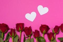 Fundo do dia de Valentim, fundo cor-de-rosa sem emenda com rosas vermelhas, corações, espaço do texto da cópia gratuita fotografia de stock