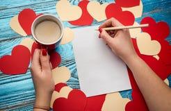 Fundo do dia de Valentim decorado com corações e o cartão vermelhos Fotografia de Stock