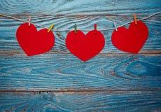 Fundo do dia de Valentim decorado com corações e o cartão vermelhos Fotografia de Stock Royalty Free