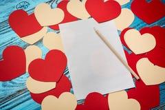 Fundo do dia de Valentim decorado com corações e o cartão vermelhos Imagens de Stock Royalty Free