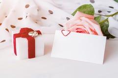 Fundo do dia de Valentim do St - o pêssego aumentou, cartão vazio do amor com espaço livre para o texto e caixa para o presente d Fotos de Stock