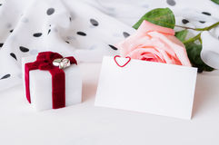 Fundo do dia de Valentim do St - o pêssego aumentou, cartão vazio do amor com espaço livre para o texto e caixa para o presente d Imagens de Stock