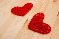 Fundo do dia de Valentim Dois corações feitos malha Imagens de Stock
