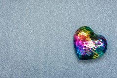 Fundo do dia de Valentim, modelo com um coração do arco-íris de Lgbt no fundo brilhante de prata do brilho Valentine Day, amor, r foto de stock
