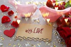 Fundo do dia de Valentim Ramalhete bonito das rosas ao lado da letra com texto COM AMOR na tabela de madeira Fotografia de Stock Royalty Free