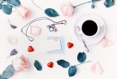 Fundo do dia de Valentim do St - a xícara de café, rosas do pêssego, cartão vazio, coruja deu forma ao pulso de disparo, doces da Imagens de Stock Royalty Free