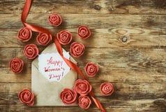 Fundo do dia do ` s das mulheres, envelope com uma nota Fotos de Stock