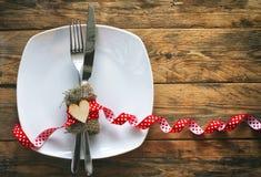 Fundo do dia do ` s do Valentim, placa, forquilha, faca, coração da madeira compensada Imagens de Stock Royalty Free