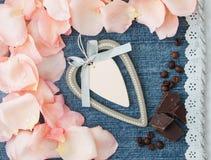Fundo do dia do Valentim Fundo azul da sarja de Nimes com pino macio Foto de Stock Royalty Free