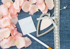 Fundo do dia do Valentim Fundo azul da sarja de Nimes com pino macio Fotos de Stock Royalty Free