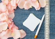Fundo do dia do Valentim Fundo azul da sarja de Nimes com pino macio Fotografia de Stock