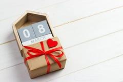 Fundo do dia do ` s das mulheres com coração pequeno feito a mão, calendário e caixa de presente de matéria têxtil Fotografia de Stock