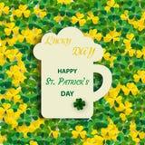 Fundo do dia do ` s de St Patrick com um trevo verde do trevo com uma inscrição festiva em uma caneca com cerveja inglesa Ícone d ilustração do vetor