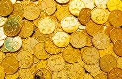 Fundo do dia do `s do St Patrick Moedas douradas com o trevo sob a luz do sol, conceito festivo do dia de St Patrick imagem de stock royalty free