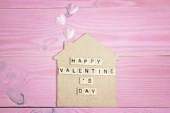 Fundo do dia do ` s do Valentim com casa decorativa e corações em p Fotos de Stock