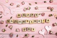 Fundo do dia do ` s do Valentim com felicitações e as rosas pequenas o Foto de Stock