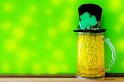 Fundo do dia do St Patricks com cerveja de gelo, chapéu do duende e cl Imagens de Stock