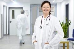 Fundo do doutor da mulher e do branco do doutor fotografia de stock royalty free