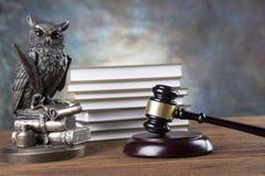 Fundo do escritório de advogados Composição dos símbolos da lei no fundo de pedra cinzento imagem de stock royalty free
