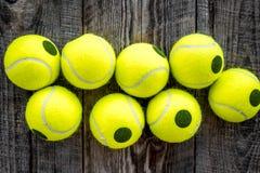 Fundo do esporte Bolas de tênis no fim de madeira do fundo acima da vista superior Fotos de Stock