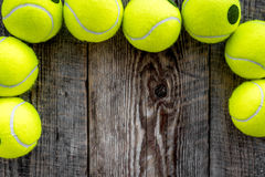 Fundo do esporte Bolas de tênis no fim de madeira do fundo acima do copyspace da vista superior Foto de Stock Royalty Free