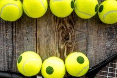 Fundo do esporte Bolas de tênis no fim de madeira do fundo acima do copyspace da vista superior Fotografia de Stock