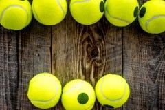 Fundo do esporte Bolas de tênis no fim de madeira do fundo acima do copyspace da vista superior Imagem de Stock Royalty Free