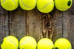 Fundo do esporte Bolas de tênis no fim de madeira do fundo acima do copyspace da vista superior Imagem de Stock