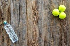 Fundo do esporte Bolas e água de tênis no copyspace de madeira da opinião superior do fundo Foto de Stock