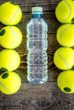 Fundo do esporte Bolas e água de tênis no fim de madeira do fundo acima da vista superior Foto de Stock