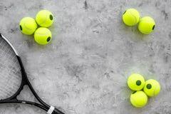 Fundo do esporte Bolas e raquete de tênis no copyspace cinzento da opinião superior do fundo Foto de Stock