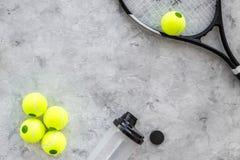 Fundo do esporte Bolas e raquete de tênis no copyspace cinzento da opinião superior do fundo Fotografia de Stock
