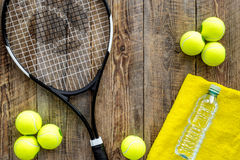 Fundo do esporte Cocept de Traning Bolas de tênis, raquete, toalha e água no copyspace de madeira da opinião superior do fundo Imagem de Stock Royalty Free