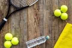 Fundo do esporte Cocept de Traning Bolas de tênis, raquete, toalha e água no copyspace de madeira da opinião superior do fundo Fotos de Stock