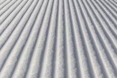 Fundo do esqui - neve fresca na inclinação do esqui Imagens de Stock Royalty Free