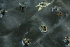 Fundo do exército Espingardas de assalto à prova de balas da armadura da proteção da armadura do teste coladas no grunge da base  foto de stock