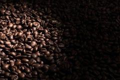 Fundo do feijão de café que desvanece-se à direita foto de stock royalty free