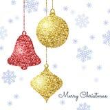 Fundo do Feliz Natal com ouro e as quinquilharias de suspensão vermelhas e ilustração do vetor