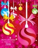 Fundo do Feliz Natal e do ano novo feliz Com ramos do abeto e a neve completa da cor com as decorações no fundo vermelho Imagens de Stock