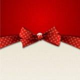 Fundo do feriado com curva vermelha do às bolinhas Fotografia de Stock Royalty Free