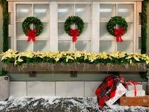 Fundo do feriado com janelas e as grinaldas geadas com brilhante fotografia de stock